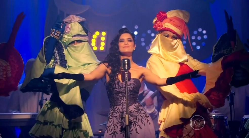 Cassiano (Henri Castelli) e Duque (Jean Pierre Noher) participam do show de Cristal (Moro Anghileri) como dançarinas - 'Flor do Caribe' — Foto: Globo