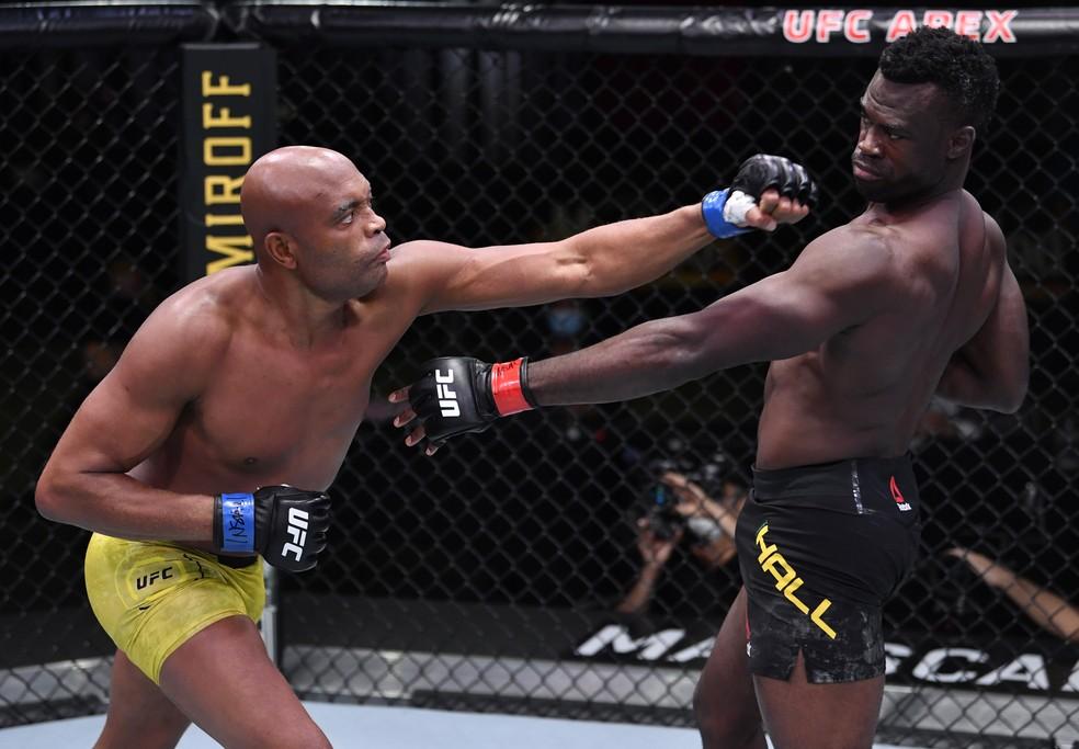 Anderson Silva busca o ataque contra Uriah Hall — Foto: Getty Images