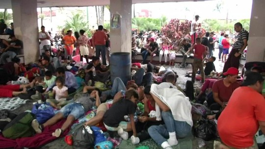 Milhares de imigrantes seguem pelo México em direção aos EUA