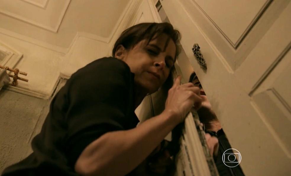 Cora (Drica Moraes) tenta impedir que Fernando (Erom Cordeiro) entre na sua casa - 'Império' — Foto: Globo