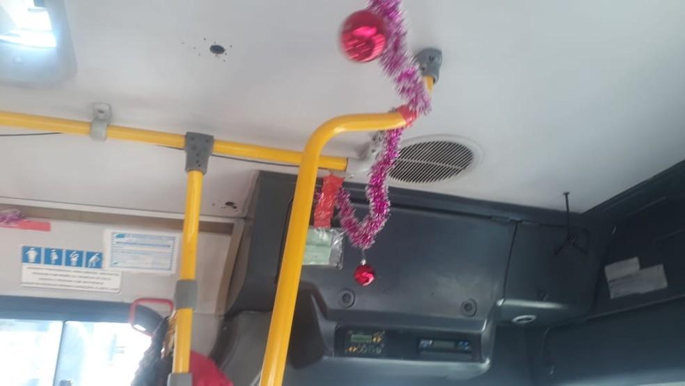 Enfeites natalinos no ônibus também são rosas, em Salvador — Foto: Andrea Silva/TV Bahia