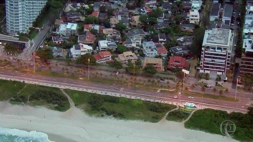 Condomínio Vivendas da Barra, onde Bolsonaro tem casa — Foto: Reprodução/TV Globo