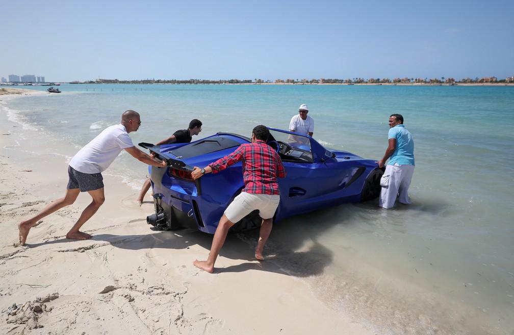 Barco em formato de carro precisa ser arrastado para chegar ao mar, em Alexandria, no Egito — Foto: Mohamed Abd El Ghany/Reuters