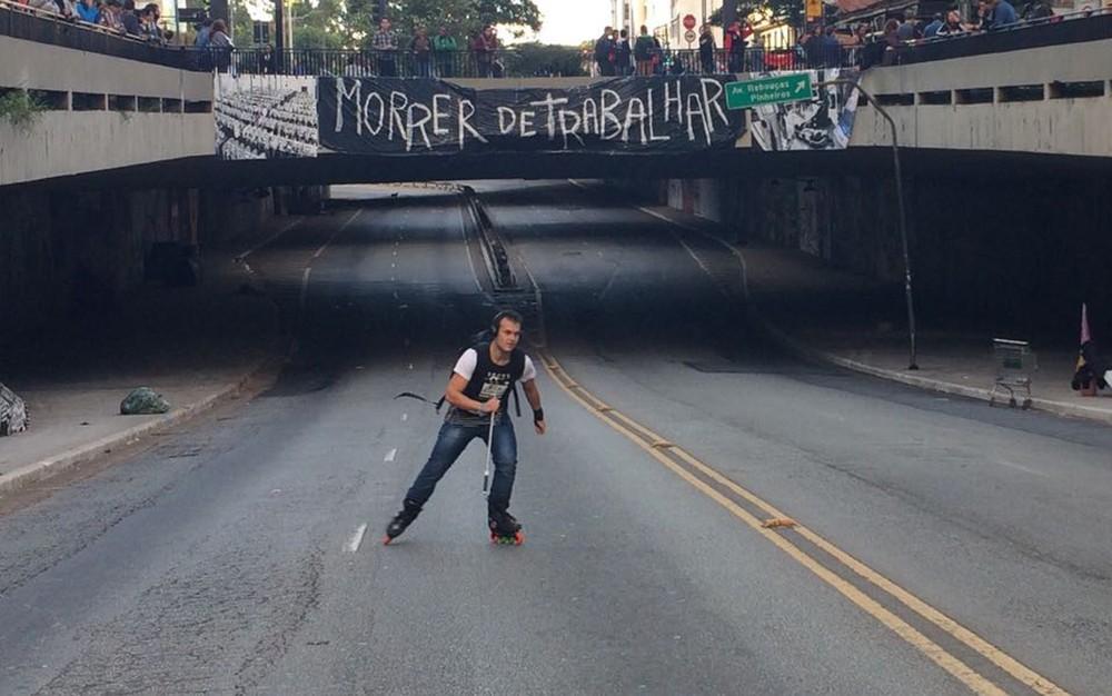 Manifestantes deixam o recado em faixa colocada durante protesto na Avenida Paulista (Foto: Paulo Toledo Piza/G1)