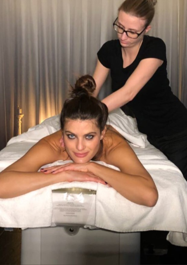 Vida de top: Isabeli Fontana termina a noite com massagem (Foto: Reprodução/Instagram)