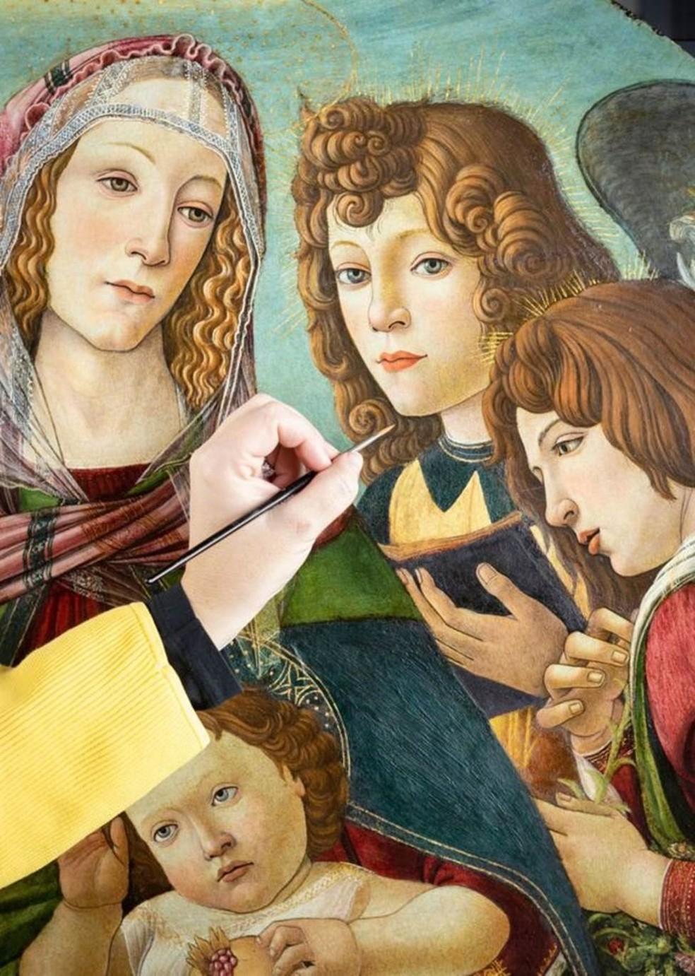 Embora seja menor do que a original, a pintura é primorosa, com detalhes dourados na auréola da Virgem Maria e nas asas dos anjos — Foto: ENGLISH HERITAGE