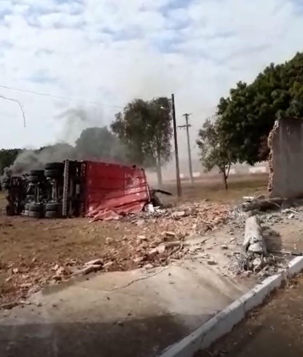 Carreta derrubou muro em avenida em Porto Ferreira — Foto: Arquivo Pessoal