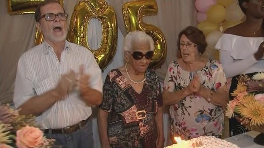Aposentada de 105 anos faz prova de vida em banco e ganha festa de funcionários e de asilo