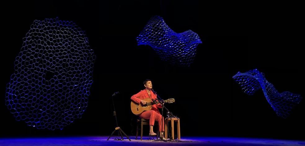 Adriana Calcanhotto em cena no Teatro Claro Rio, emoldurada pelo cenário de Mana Bernardes — Foto: Mauro Ferreira / G1