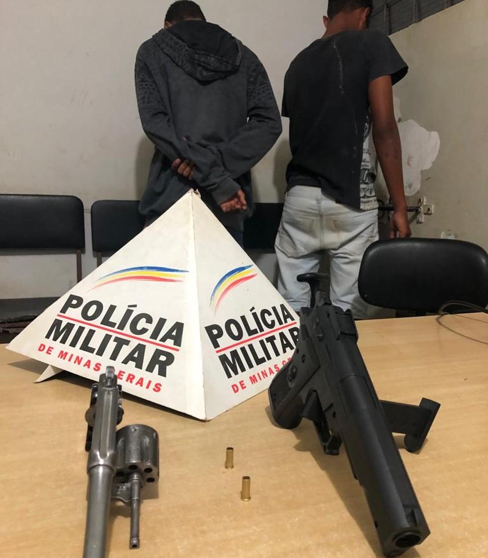 Armas foram encontradas nas casas dos envolvidos — Foto: Polícia Militar/ Divulgação
