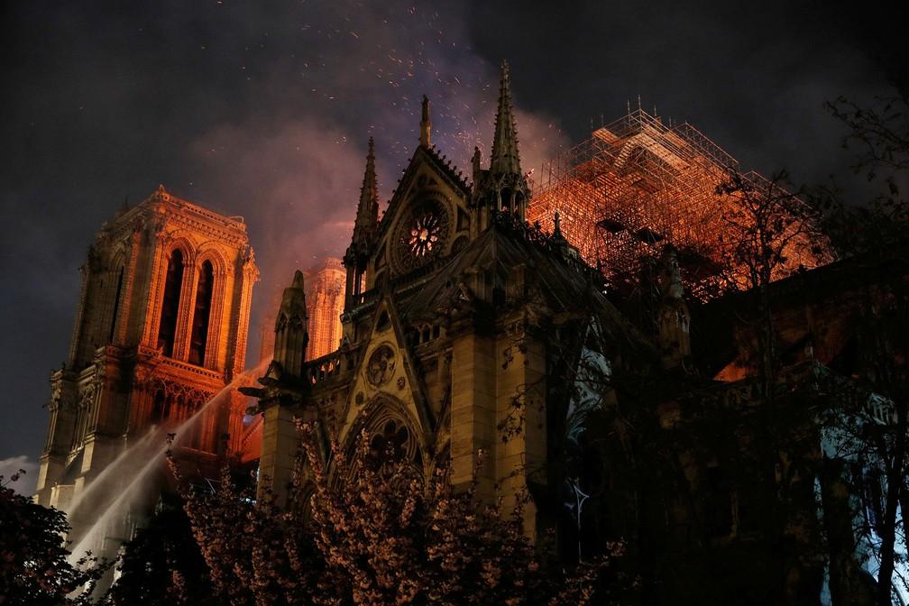 Combate ao incêndio na Catedral de Notre-Dame adentra a noite em Paris — Foto: Philippe Wojazer/Reuters