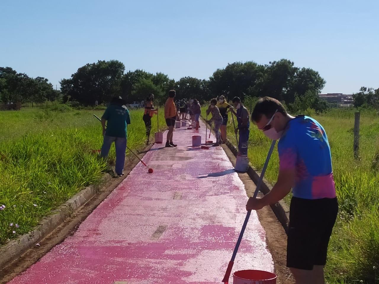 Voluntários se unem em mutirão com a Semob para revitalizar ciclovia em Presidente Prudente