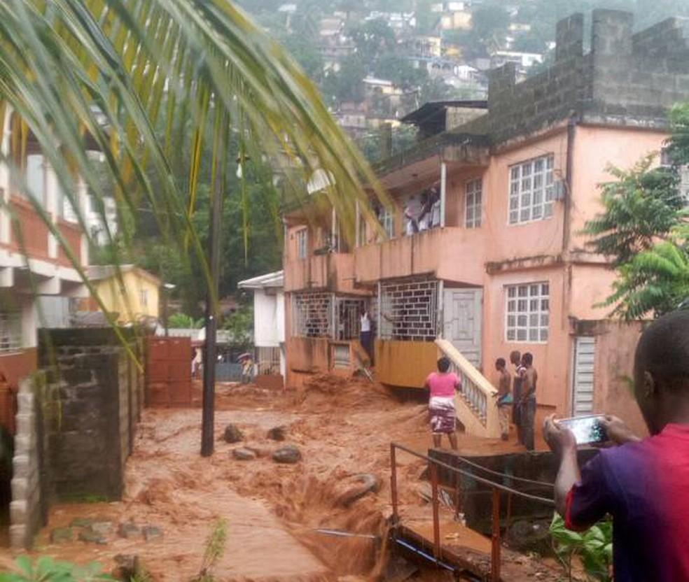 Chuvas e deslizamentos de terra em Freetown deixam centenas de feridos (Foto: Society 4 Climate Change Communication via AP)