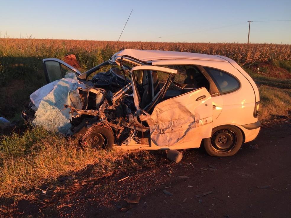 Batida entre dois carros matou quatro pessoas e deixou outras duas feridas, na BR-163 (Foto: Léo Silva)