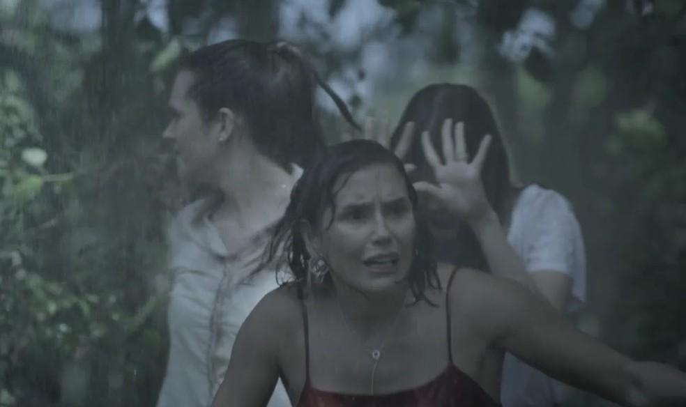 Alexia (Deborah Secco), Luna (Juliana Paiva) e Kyra (Vitória Strada) presenciam um crime em 'Salve-se Quem Puder' — Foto: Globo