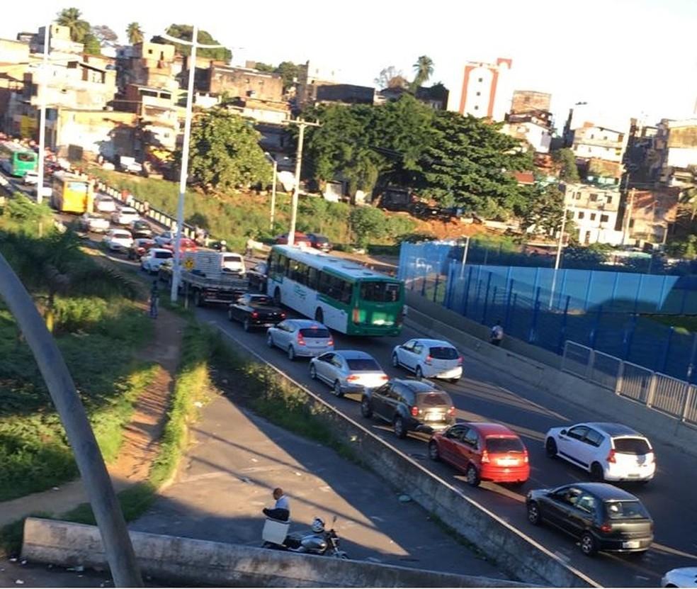 Acidente na BR-324, em Salvador, deixa trânsito congestionado — Foto: Matheus Massena/ TV Bahia