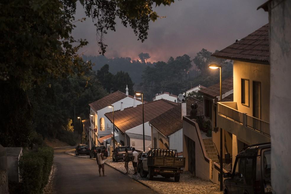 Fogo é visto perto da cidade de Monchique, no sul de Portugal, em imagem de arquivo (Foto: Javier Fergo/AP Foto)
