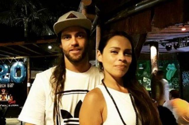 Gisele Frade com o namorado, o baixista Renato Vacones (Foto: Reprodução)