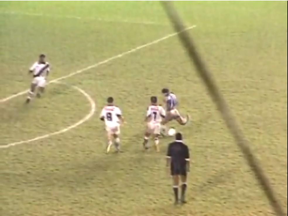Dago fez o gol da vitória do CSA sobre o Vasco em 1992 — Foto: Reprodução Globo