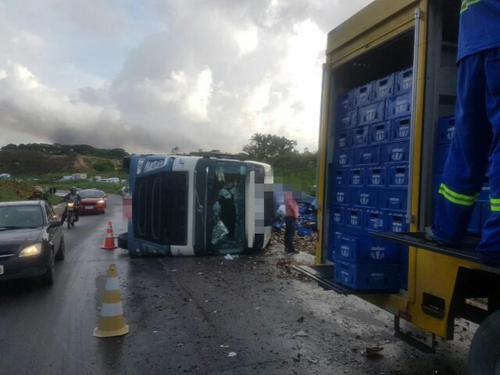 Carreta tombou e carga ficou espalhada na BR-101, no Recife (Foto: Reprodução/WhatsApp)