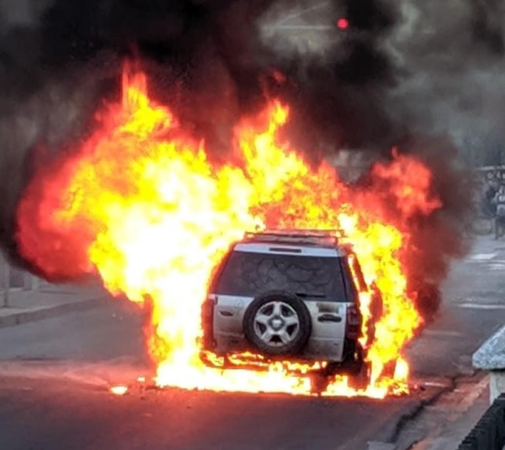 Carro pegou fogo, nesta quinta (5), em Olinda — Foto: Reprodução/WhatsApp