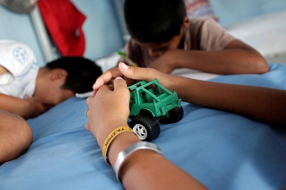 -  Migrantes hondurenho e mexicano brincam em abrigo para crianças imigrantes, nos EUA, em foto de sexta-feira  22   Foto: Daniel Becerril/ Reuters