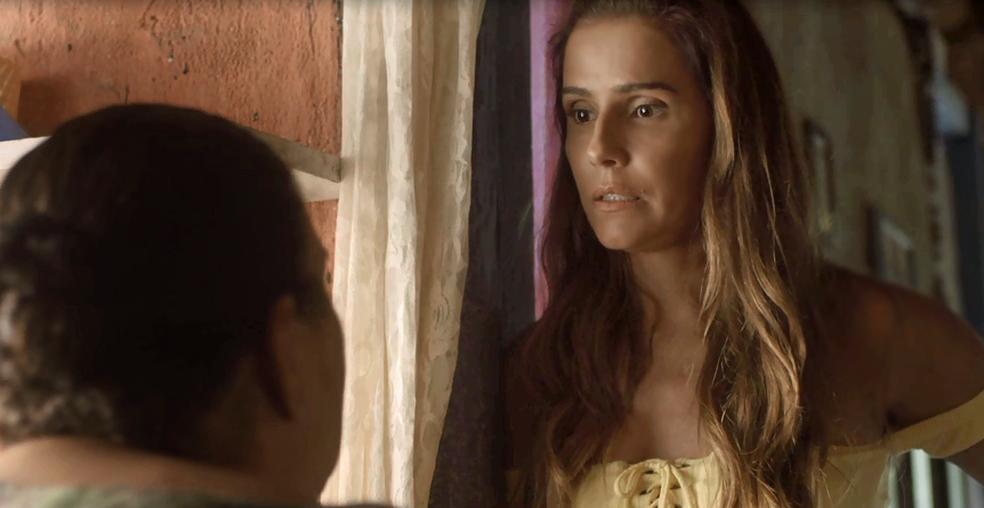 Karola tenta descobrir se Luzia está grávida (Foto: TV Globo)