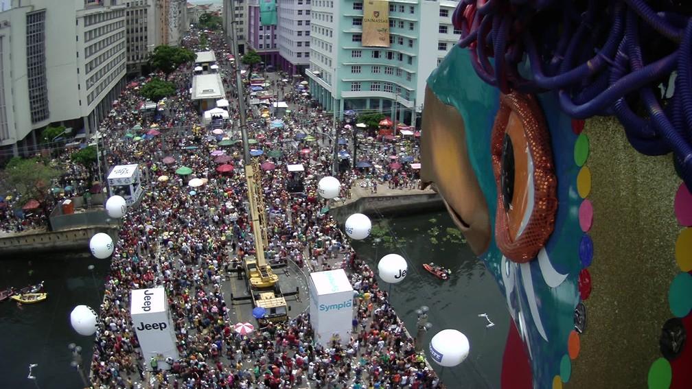 Foliões passam pela Ponte Duarte Coelho, durante o desfile do Galo da Madrugada — Foto: Reprodução/TV Globo