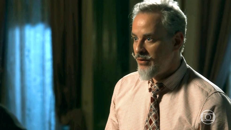 Eurico (Dan Stulbach) fica perplexo com proposta de Gabriel (Bruno Gagliasso), em 'O Sétimo Guardião' — Foto: TV Globo