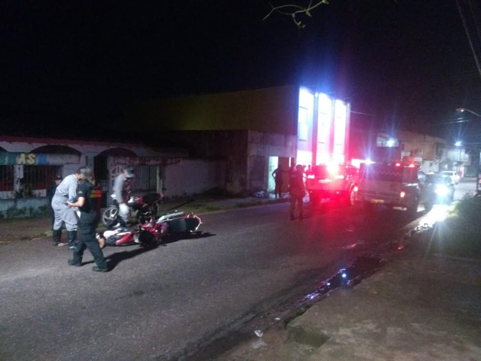 Corpos sendo removidos no bairro da Cabanagem, em Belém. — Foto: Carlos Brito / TV Liberal