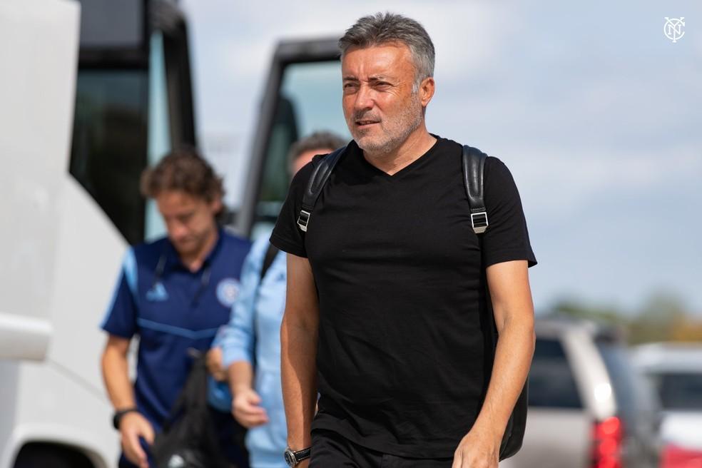 Marcos Braz e diretor executivo viajam nesta quarta-feira para concluir acordo com treinador; comissão técnica tem dois nomes definidos