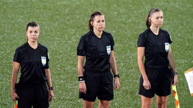 Jogo entre Andorra e Inglaterra teve trio de arbitragem feminino, da Ucrânia
