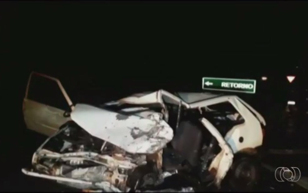 -  Carro dirigido por cantor sertanejo ficou destruído em acidente na BR-060  Foto: Divulgação/PRF