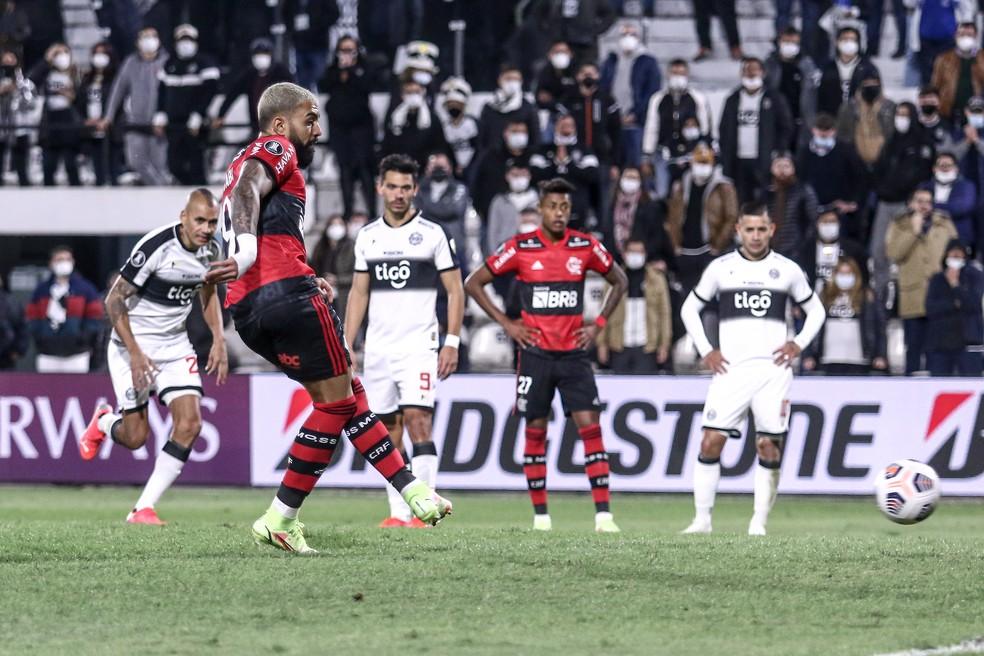 Olimpia x Flamengo: Gabigol cobra o pênalti — Foto: Staff Images / CONMEBOL