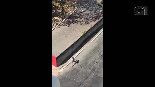 Com fuzil, homens armados fogem a pé perto dos bombeiros