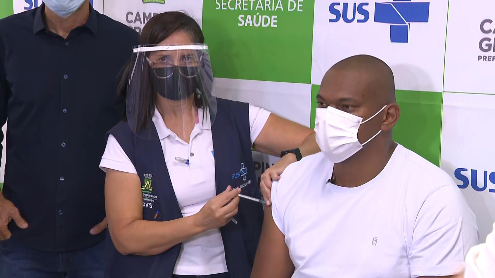 Técnico de enfermagem que dormiu em terraço para não infectar mãe com Covid-19 é o 1º vacinado, em Campina Grande