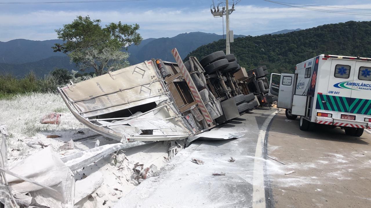 Caminhão que transportava gesso tomba na BR-040 em Petrópolis, no RJ