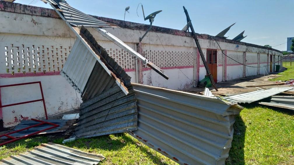 Estádio do Noroeste amanheceu danificado por forte chuva e ventos na cidade — Foto: Bruno Freitas/EC Noroeste
