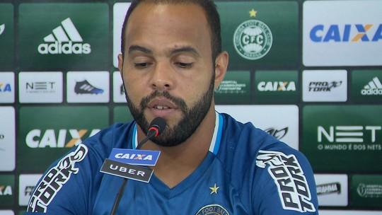 Alecsandro assume posição de líder do Coritiba e dá bronca por vídeo de bastidores