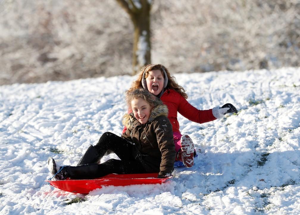 Crianças brincam na neve em Newcastle-under-Lyme, na Grã-Bretanha, na segunda-feira (11)  (Foto: Carl Recine/ Reuters)