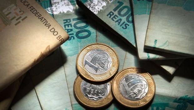 O salário mínimo, fixado em R$ 998 para 2019, é o piso dos pagamentos da Previdência (Foto: Getty Images via BBC News Brasil)