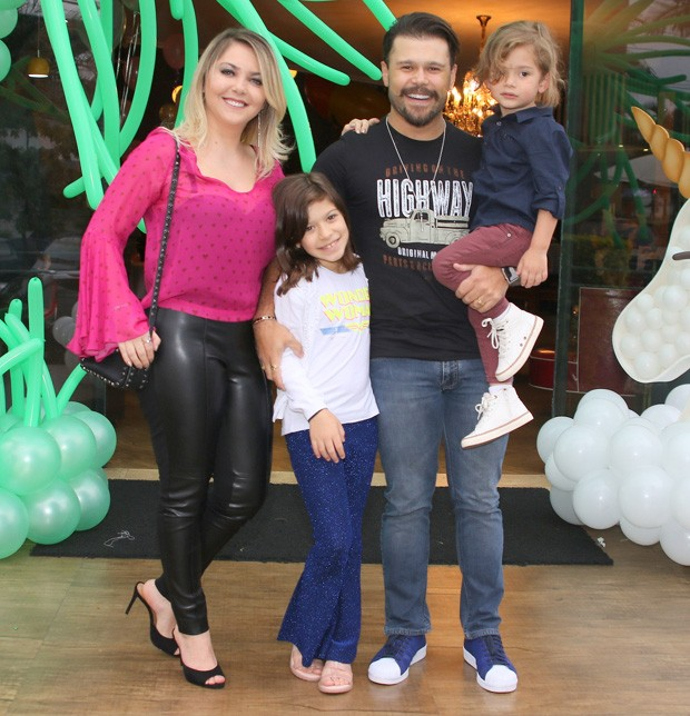 Marcos com a mulher Lu Marchioto e filhos  (Foto: Thiago Duran/AgNews)