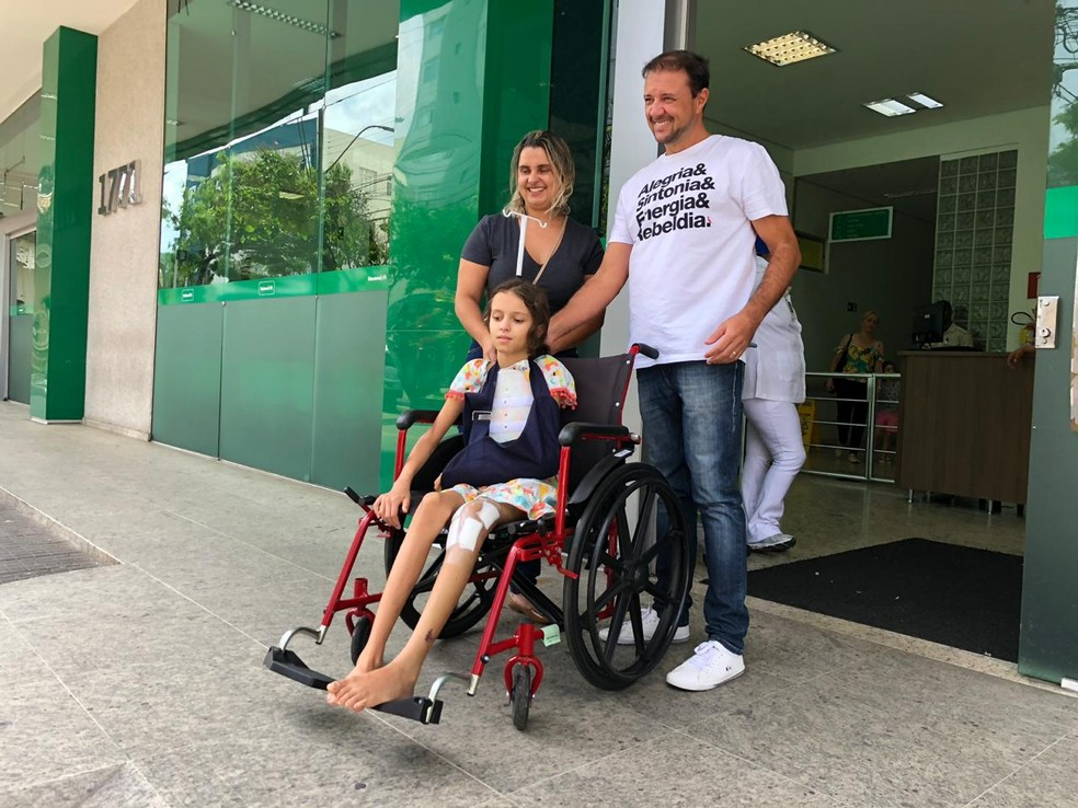 Menina recebeu alta nesta quinta-feira (31) — Foto: Danilo Girundi / TV Globo