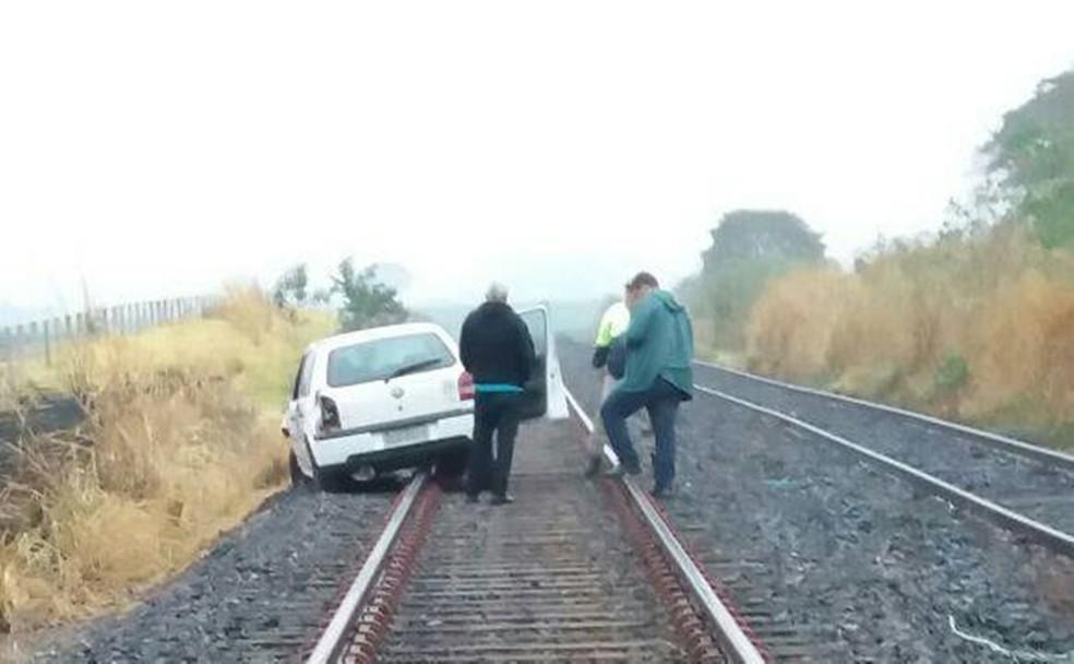 Professora capota carro e cai em cima de linha férrea em Valentim Gentil (Foto: Divulgação/Defesa Civil de Valentim Gentil)
