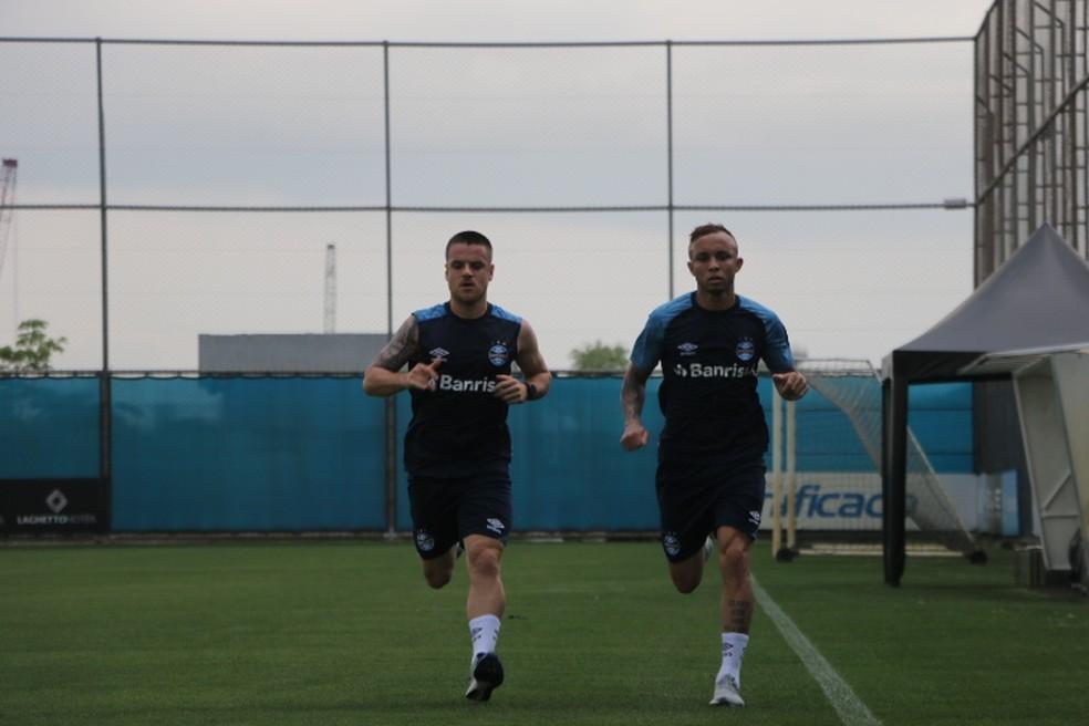 Ramiro e Everton em treino do Grêmio — Foto: Lucas Bubols