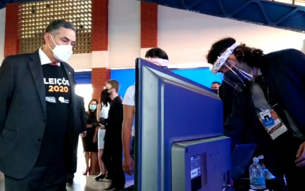 Ministro recebe explicações sobre um dos sistemas apresentados no Eleições do Futuro — Foto: Marcos Moreira/TV Anhanguera