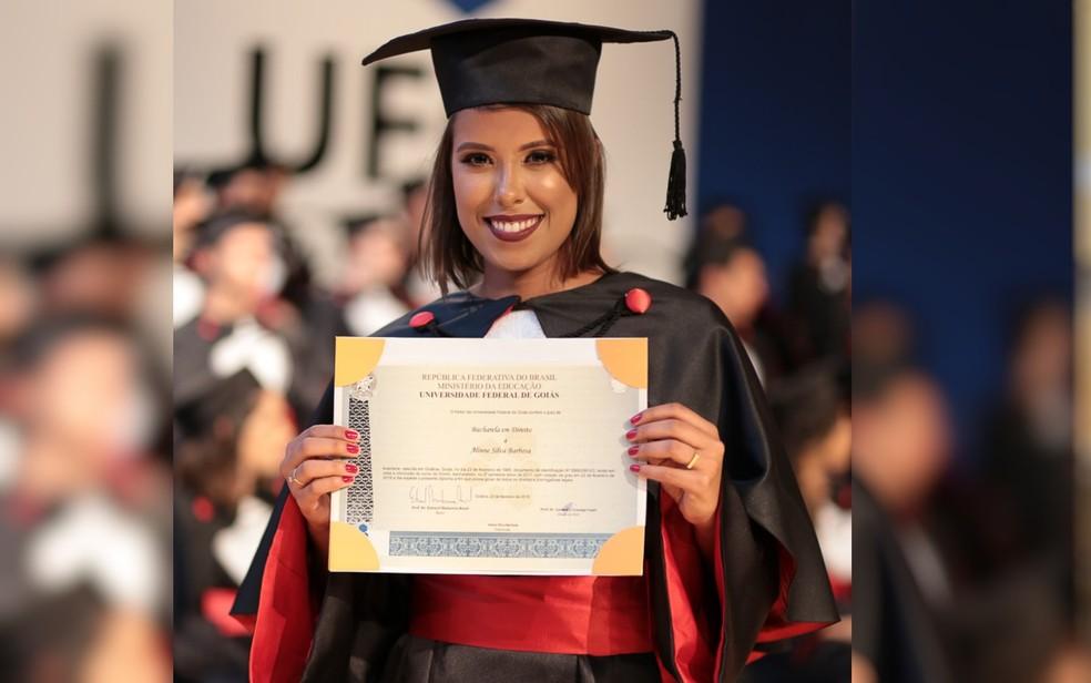 Alinne Barbosa não desistiu da faculdade e conseguiu se formar em direito neste ano (Foto:  Studio Onze/ Arquivo pessoal)