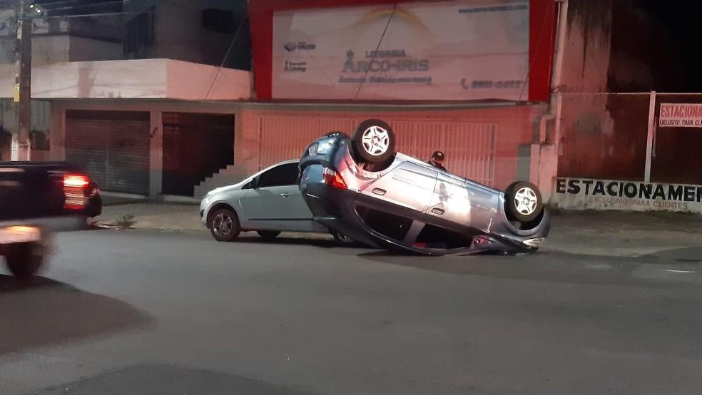 Carro capotou na Avenida Rio Branco na capital potiguar — Foto: Sérgio Henrique Santos/Inter TV