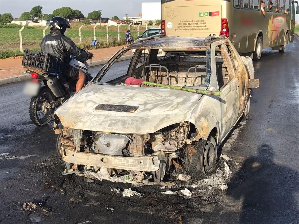 Percebendo a presença da polícia, os outros integrantes colocaram fogo em outro carro (Foto: Walter Paparazzo/G1)