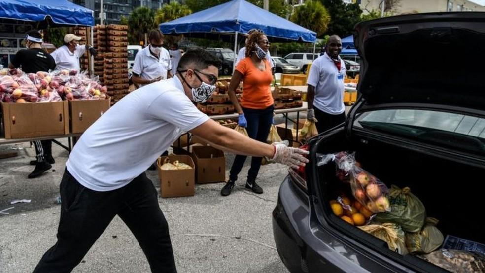 Distribuição de alimentos organizadas por ONG tem sido paliativo para o problema — Foto: Getty Images